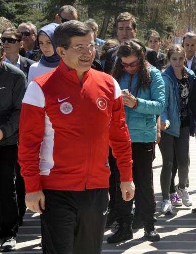 """Davutoğlu çiftinden yarışan kızlarına destek Başbakan Ahmet Davutoğlu ve eşi Sare Davutoğlu, Gazi Üniversitesi'nde kızları Hacer Büke Davutoğlu'nun da katıldığı """"Gazi Kupası Oryantiring Şampiyonası""""nı izledi."""