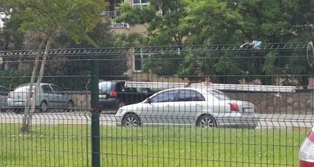 Gövdelerini Otomobilin Camından Dışarı Çıkararak Yolculuk Ettiler