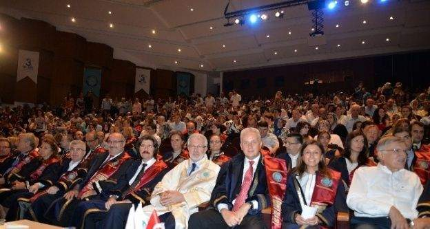 İİBF mezunları diplomalarını aldı