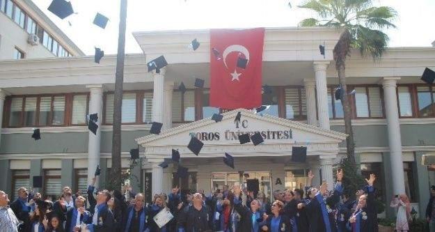 Toros Üniversitesi'nden sertifika alan emlakçılar kep fırlattı