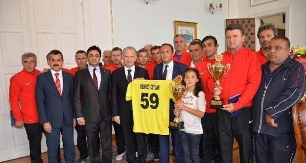 Türkiye Şampiyonu Veteranlar, Vali Ceylan'ı ziyaret ettiler