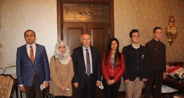 Suriyeli çocuklar Vali Ata'yı ziyaret etti