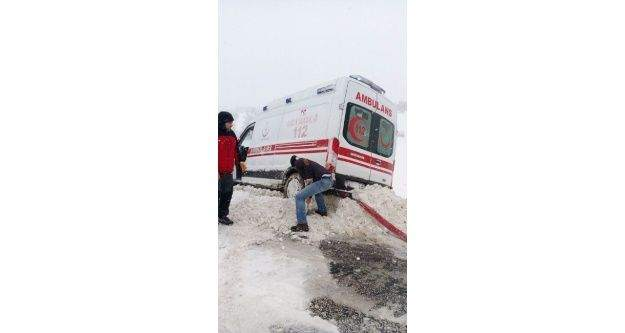 Hastaya giden ambulans yoldan çıktı, imdadına kamyoncu yetişti