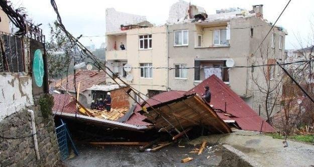 (Özel haber) Sarıyer'de bir binanın çatısı başka bir evin bahçesine uçtu