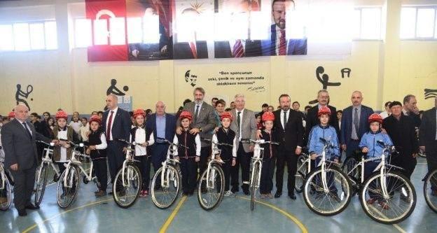 İzmit'te öğrencilere bisikletleri teslim edildi