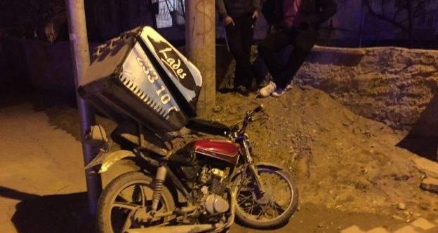 Motosikletli kuryelik yapan genç ağır yaralandı