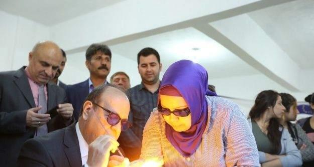 Başkan Özakcan, Ilıcabaşı Mahallesi'nde mandrel boncuk tezgahının başına geçti