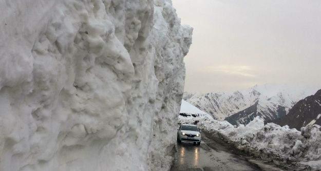 Van-Bahçesaray yolundaki kar yığınları şaşırtıyor