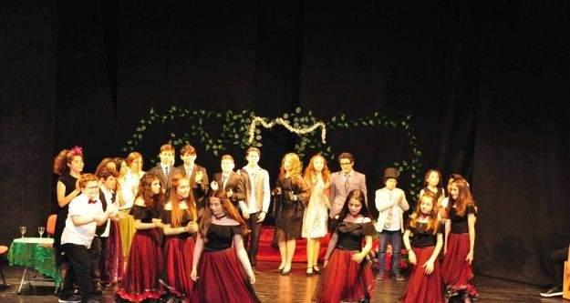 Genç tiyatrocular Lüküs Hayat'ı sahneledi