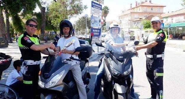 Milas'ta polis sürücülere gül dağıttı