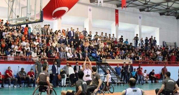 'Potada Engel Yok' temalı gösteri maçı ilgiyle izlendi