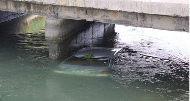 Adana'da otomobil sulama kanalına düştü