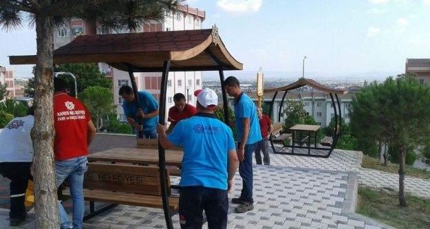 Karesi'de parklara çatılı piknik masaları