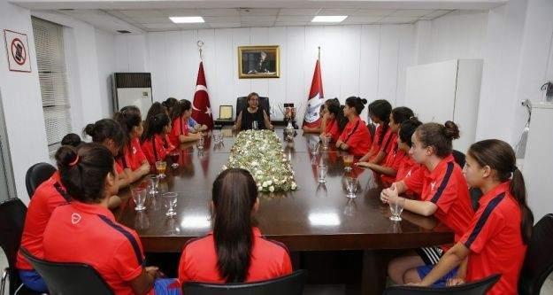 Konak'ın kızları kupa sevincini Pekdaş'la paylaştı
