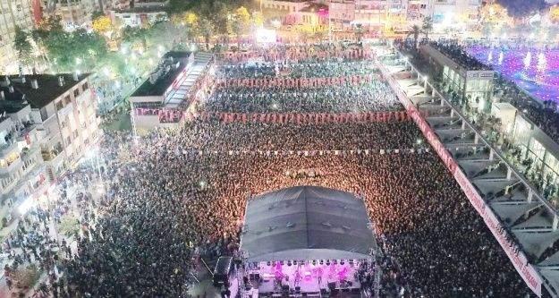 Aydınlılar 29 Ekim'i Koray Avcı ile kutladı