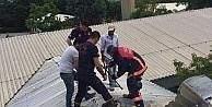 Elazığ'da çatıya sıkışan şahsı itfaiye kurtardı