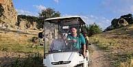 Bu köye gelenler golf arabasıyla geziyor