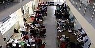Öğrenciler yaz aylarında da kütüphaneye yoğun ilgi gösteriyor