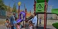 Hakkari'de iki okulun bahçesine çocuk parkı kuruldu